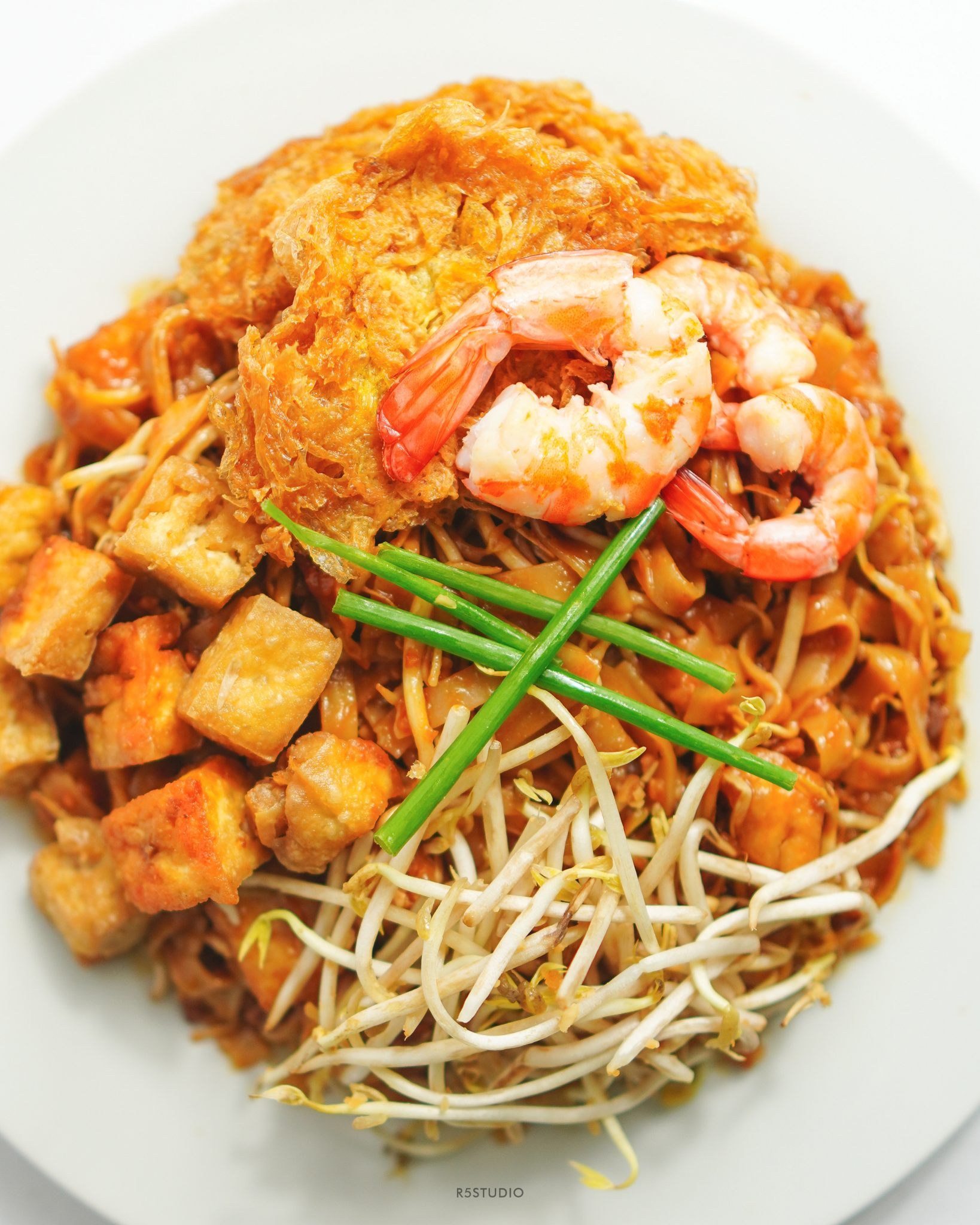 Puesto is known for its pad thai, which comes in three variants: pescatarian (in photo), vegan, and vegetarian. Other dishes are also offered with meat substitutes